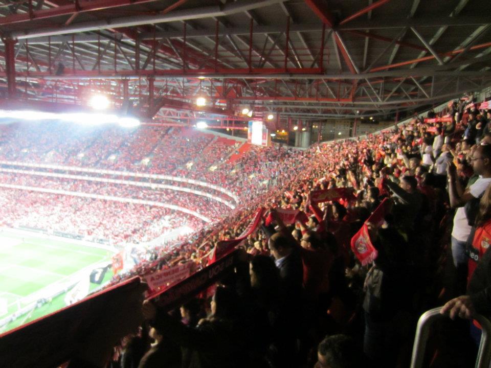 God stemning på Benficas stadion da de overtog førstepladsen. Stemningen må være dalet en anelse siden, Porto er 6 point foran i tabellen.